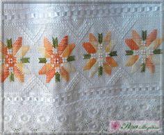 Trabalho: Flores em linha mesclada do laranja ao amarelo, detalhes em linha branca, pérolas, e renda guipir