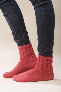 Perusvillasukkaa ei voita mikään. Arjen perusasuste on muotoilua parhaimmillaan. Itse neulottu villasukka istuu hyvin jalassa ja sukkien tekeminen on mukavaa ja rentouttavaa!