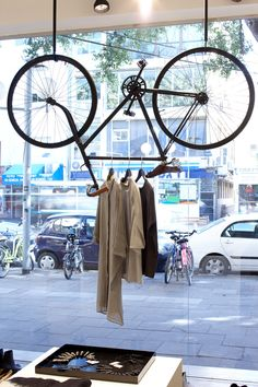 Clothes shop window display visual merchandising 17 New Ideas Visual Merchandising Displays, Visual Display, Retail Windows, Store Windows, Shop Interior Design, Retail Design, Interior Ideas, Propaganda Visual, Pimp Your Bike