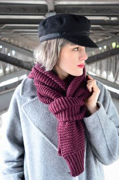 The 15 most beautiful ways to wear a scarf We encounter this classic most often on the streets. Simply the scarf … Scarf Knots, Diy Scarf, Scarf Ideas, Ways To Wear A Scarf, How To Wear Scarves, Amazing Animals, Vogue, Knitting For Beginners, Facon