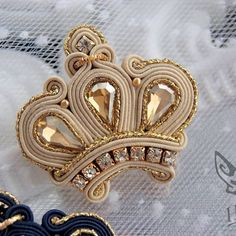 Soutache Pendant, Soutache Necklace, Bead Embroidery Jewelry, Beaded Embroidery, Brooches Handmade, Handmade Jewelry, Boho Jewelry, Jewelery, Jewelry Making Beads