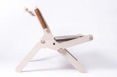 FEINFRACHT® Klappstuhl - Ein klar ablesbarer Mechanismus und eine archaische Konstruktion, kombiniert mit natürlichen Materialien wie Holz und Leder, geben diesem Sessel einen eigenständigen Charakter. Der Klappstuhl präsentiert sich einfach, ist ein Möbel für den flexiblen Gebrauch. Folding Chair, Easy To Use, Natural Materials, Band, Design, Armchair, Products, Timber Wood, Simple