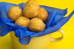 Bolinhas de queijo com presunto - Sal de Flor saldeflor.com.br/uncategorized/bolinhas-de-queijo-com-presunto/ Que surpreendente são essas BOLINHAS DE QUEIJO COM PRESUNTO!!Saborosas, crocantes e sim: facílimas de fazer!!Dá de 10 naquelas BOLINHAS DE QUEIJO COM
