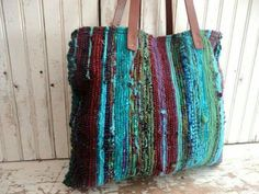 RAG RUG BAG / TOTE - Rag rugs are hand woven on a loom from pieces of recycled cotton. This bag has beautiful bright colors that have been over-dyed Source by bags Loom Weaving, Hand Weaving, Weaving Textiles, Weaving Projects, Boho Bags, Fabric Bags, Quilted Bag, Vintage Textiles, Handmade Bags