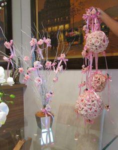 kit R$300,90 corresponde ao seguinte : - 4 móbiles de rosas 1 metro cada, contém 6 rosas cada móbile; - 2 bolas M 32 rosas cada, mede aprox. Por diâmetro 15x15; - 1 bola G 72 rosas mede aprox. 20x20 diâmetro; - 1 mini-árvore francesa no vaso de espelho, vaso mede 15x15 alt. da arvore 70 cm. Aprox. Poderá ser conforme sua altura desejada! (Vão bem embaladas e enviamos para todo o Brasil a mini -árvore vai separada do vaso, basta voce encaixar dentro do vaso) mini árvore acompanha ...