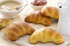 Le brioches sono morbidi e soffici cornetti di pasta lievitata da consumare a colazioni semplici o farciti.