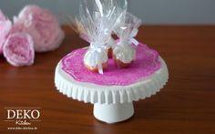 Mini-Tortenplatten für Cupcakes & Co. kann man aus Gießmasse und Joghurtbechern wunderbar selber machen!