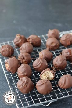 Recipe: Peanut Chocolates- Rezept: Erdnuss-Pralinen We brought a very quick recipe for pralines with peanut butter. So if you still need a gift from the kitchen or a souvenir, our peanut chocolates are just right for you. Chewy Sugar Cookies, Sugar Cookies Recipe, Cookie Recipes, Cookies Vegan, Peanut Butter Fudge, Chocolate Peanuts, Halloween Desserts, Halloween Cookies, Chocolate Recipes