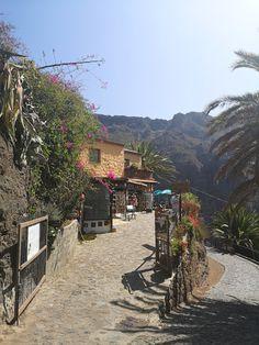 Masca on upea luonnonkaunis laakso komeiden vuorten keskellä Teneriffalla. Laaksoon vievät kapeat serpentiinitiet ovat ainoa reitti nähdä tämä saaren helmi. Lue lisää blogista! // www.kookospalmunalla.fi // Masca is a wonderful naturally beautiful valley in the middle of massive mountains in Tenerife. The narrow serpentine roads are the only way to reach the valley and the most beautiful spot on the island. More on blog! // #masca #tenerife #teneriffa #kookospalmunallablog #matkablogi Naturally Beautiful, Most Beautiful, Canary Islands, Roads, Safari, Middle, Mountains, Nature, Blog