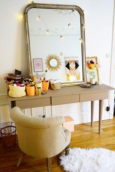 On se crée sa propre coiffeuse dans la chambre grâce à une jolie console au style scandinave, un miroir vintage et quelques accessoires déco.