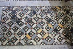 Fig. 2 Ferentino. Cattedrale. Un riquadro del pavimento con pattern a losanghe.