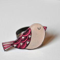 Bague Oiseau (framboise) dessinée à la main en plastique fou