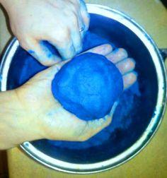 Błękitna ciastolina do zabawy dla maluszka!