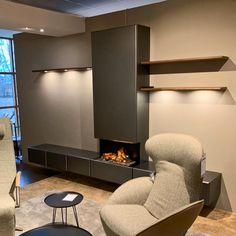 Chique, zwevend wandmeubel met haard voor de moderne woonkamer. De Banz Bord Bèta serie wordt gekenmerkd door de elegante, afgeronde kastfronten. Deze en meer strakke, design wandmeubels voor de moderne, warme woonkamer vindt u op www.banzbord.nl woonkamer strak   wandmeubel woonkamer   zwevend wandmeubel   woonkamer inspiratie   wandmeubel met haard #banzbord #wandmeubel #haard Divider, Van, Modern, Room, Furniture, Design, Home Decor, Shabby Chic, Bedroom