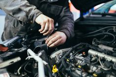 auto repair Want to know some basic auto mechanic skills If you want to start saving money and take care of your car yourself, then you need to know these things! Brake Service, Car Repair Service, Auto Service, Off The Grid, Automotive News, Automotive Industry, Automobile, Free Cars, Fix You