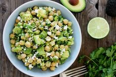 Τις Παρασκευές τρώμε όσπρια: είναι από τις λιγοστές παραδόσεις που ακολουθώ, όσο κι αν η ανάμνηση του τεράστιου για τα παιδικά μάτια πιάτου, ξέχειλου με σούπα φακή ή φασόλια, είναι συνυφασμένη με μια αποκαρδιωτική, επαναλαμβανόμενη μελαγχολία. Feta Salat, Legumes Recipe, Diet Recipes, Healthy Recipes, Vegetable Protein, Potato Salad, Healthy Eating, Healthy Food, Vegetarian