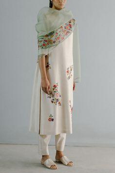 Simple Kurta Designs, Stylish Dress Designs, Kurta Designs Women, Blouse Designs, Simple Pakistani Dresses, Pakistani Outfits, Indian Outfits, Indian Designer Suits, Indian Fashion Designers