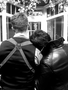 Behind the Scenes - Josh Dallas Colin O'Donoghue i just love that Josh lets Colin rest on his shoulder