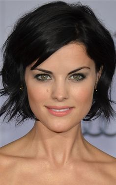Sexy bob short hairstyles for fine hair is perfect choice, moreover it will make your hair more volume. With this sexy bob short hairstyles for fine hair you will look adorable. Wavy Bob Hairstyles, Bob Hairstyles For Fine Hair, Bob Haircuts, Trendy Haircuts, Casual Hairstyles, Medium Hairstyles, Latest Hairstyles, Curly Hairstyles, Wedding Hairstyles