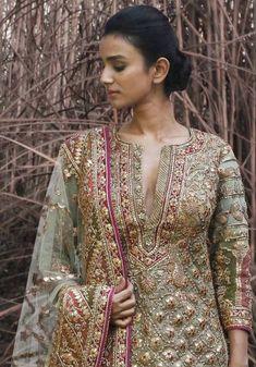 Check out 5 New Lehenga Fashion Trends for 2020 brides.From bell sleeves lehenga choli, to high waisted lehenga skirts, lots of new ideas in wedding fashion Shadi Dresses, Pakistani Formal Dresses, Pakistani Wedding Outfits, Pakistani Dress Design, Nikkah Dress, Bridal Outfits, Indian Dresses, Indian Outfits, New Lehenga