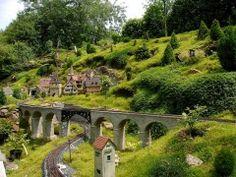 Eine großzügige Gartenbahn - viel Landschaft, wenig Gleis, eine kleine Stadt.