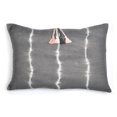 Almohadón STRIPE BATIK gris 100% lino. Teñido batik color gris topo. Aplique en lana y cierre trasero con botones. Medida 56 x 36 cm.