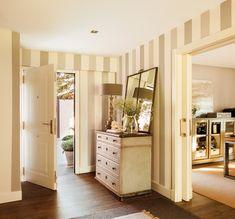Recibidor a rayas con cómoda, lámpara, espejo y puertas correderas 00387898