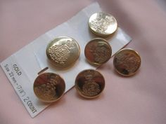 Vintage assorted size gold tone crown design coat of arms metal shank buttons on original card. Wholesale lot set of 6 mother daughter, $1.75 #vintagebuttons