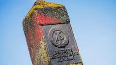 Ein Grenzstein der ehemaligen Deutschen Demokratischen Republik (DDR)