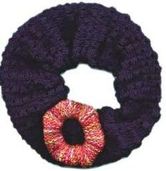 loom knit hair scrunchies Free knitting patterns for two styles of hair scrunchies. A large, puffy, style scrunchie and a covered hair elastic, more suitable for today. Knitting Designs, Knitting Patterns Free, Free Knitting, Knitting Projects, Sewing Projects, Knitting For Kids, Loom Knitting, Knit Crochet, Crochet Hats