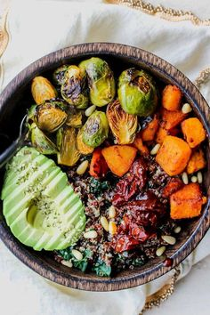 Quinoa Power Bowls with Maple Chipotle Brussels and Smoky Butternut Squash - Schnelles Essen Clean Eating Vegan, Healthy Eating, Dinner Healthy, Breakfast Healthy, Breakfast Ideas, Breakfast Recipes, Vegetarian Recipes, Cooking Recipes, Healthy Recipes