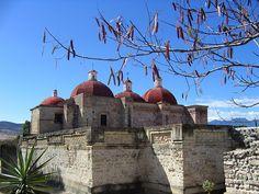 """Mitla es el sureste de oaxaca. Mitla es un  grupo de edificios. Es famoso por Su forma de mosaico piedra. Es nombre viene de los aztecas que significa, """"el lugar de los muertos"""". La Mitla fue originalmente un importnate settlement por los Zapotecs De cien después de cristo."""
