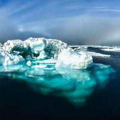 """Was ist zu hören, wenn man sich einem Eisberg nähert?   ein Blubbern Wenn ein Stück Eisberg schmilzt, macht es ein zischendes Geräusch, das in englisch """"Bergie Seltzer"""" genannt wird. Dieses Geräusch wird erzeugt, wenn die Wasser-Eis-Grenzfläche komprimierte Luftblasen erreicht, die im Eis eingeschlossen sind. Wenn dies geschieht, platzt jede Blase und macht ein blubberndes Geräusch."""