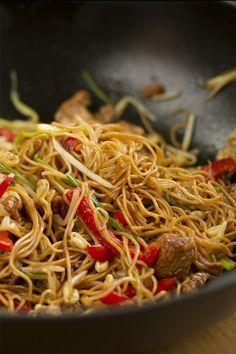 """La receta del famoso """"Chow Mein"""" (fideos fritos al estilo Chino con pollo )…"""