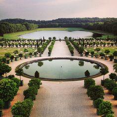 Versailles, Parijs In de spiegelzaal van het paleis van Versailles werd door duitsland de vrede van Versailles getekend, en de schuld van de eerste wereld oorlog op Duitsland geschoven, er werden hele erge straffen gegeven; ze verloren veel gebieden en moesten herstelbetalingen voldoen.