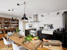 Cuisine avec grande table de ferme, pour accueillir les amis.