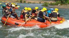 Nah, kalau ini adalahcontoh bagaimana posisi duduk yang benar saat kita berada di atas perahu. bukan malah duduk di dalam perahu ya.. via http://www.lagipergi.com