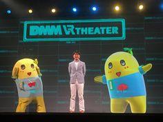 DMM VR THEATERの記者発表会にゲスト出演した土田晃之(中央)とふなっしー(左)、ホログラフィック映像のふなっしー(右)。