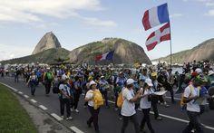 27/7 - Peregrinos marcham pela orla do Rio de Janeiro