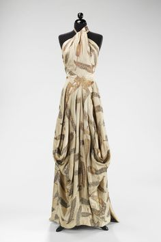 This is a signature front drape look repeateded from Charles James collections through 1930's and 1940's. With a bias cut he was able to achieve to manipulate the leaf motive to highlight the diagonal and vertical bodice lines, while giving an impression of 'random patterning'