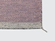 Ply Rug är en melerad matta i 100% nyzeeländsk ull formgiven av den danska textildesignern Margrethe Odgaard för Muuto. Ply Rug är elegant men samtidigt tidlös och det klassiska mönstret i zick-zack kompletteras med en bård i annan ton. Ply Rug är handvävd med traditionell teknik vilket gör att den kan hålla i generationer. Finns i fem olika färgkombinationer.