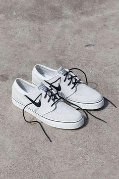 Es un zapatos y me gusta. Es zapatos blanco y negro.