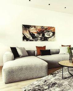 Deze bank is ruim en heeft een uniek design. De ideale comfortabele en stijlvolle plek in je woonkamer. Je zult de hele dag op je bank willen doorbrengen, met of zonder deken. Alles wat je van een bank verwacht vind je in de Blok. Picture @raumhoch2 Sofa, Couch, Interior Inspiration, Modern, Furniture, Home Decor, Velvet, Settee, Settee