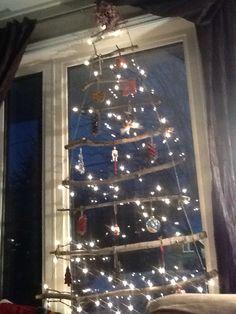 Notre sapin 2014! Branches, corde de jute, lumières, quelques déco, joli, simple, peu coûteux.  Merci Pinterest!