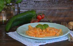 Pasta con pesto di peperoni e ricotta