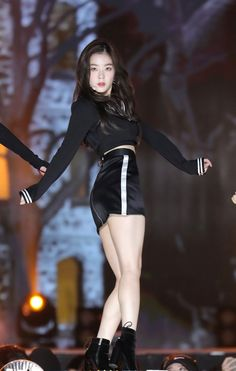 K-Pop Babe Pics – Photos of every single female singer in Korean Pop Music (K-Pop) Seulgi, Red Velvet アイリーン, Red Velvet Irene, Stage Outfits, Kpop Outfits, Red Valvet, Velvet Fashion, Jennie Blackpink, Shows