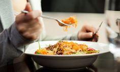 """""""Para produzir 1 kg de carne, são gastos até 9 kg de grãos e 15 mil litros de água"""", alerta Marly Winckler, presidente da Sociedade Vegetariana Brasileira. Um relatório da ONU para Agricultura e Alimentação (FAO, sigla em inglês), a pecuária é responsável por 18% das emissões de gases de efeito estufa.  Um dia da semana sem carne equivale a diminuir em 5% sua pegada ecológica, que é todo o impacto gerado pelo estilo de vida dela no meio ambiente. Compense com grãos e folhas verde escuras"""