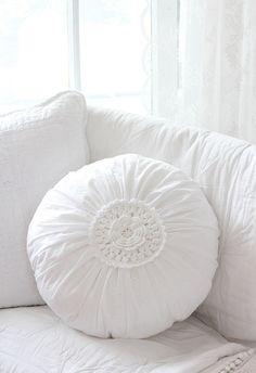 """Lovely White rundes Kissen mit Häkeleinsatz  Romantisches Kissen """" Lovely White"""" *ohne Inlett*.   Das zauberhafte runde Kissen ist auf der Vorderseite mit einem  gehäkelten Granny verziert.  Es..."""