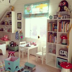Underbar kvällssol lysed in i barnens rum / Kids playroom and bookshelves