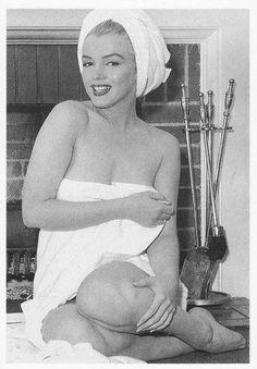 Marilyn Monroe photographed by André de Dienes at the Bel Air Hotel, Marilyn Monroe Fotos, Norma Jean Marilyn Monroe, Marylin Monroe Body, Bel Air, Classic Hollywood, Old Hollywood, Divas, Elizabeth Taylor, Cinema Tv